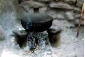 A shakla dist in Ethiopia,  sitting atop  three gulicha on an open hearth